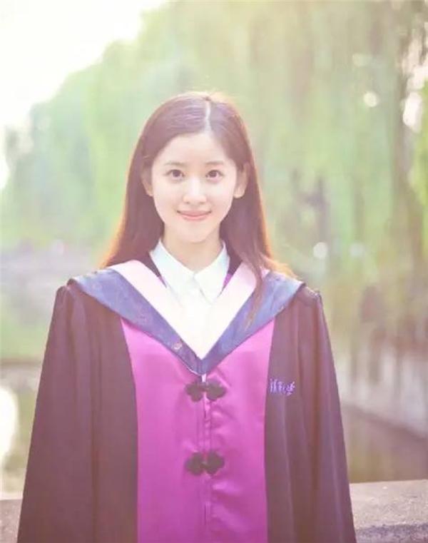 Cô tốt nghiệp đại họcThanh Hoa danh tiếng nhất Trung Quốc.