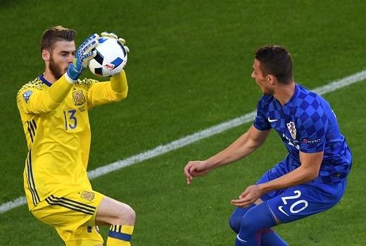 Trận đấu diễn ra hấp dẫn sau tiếng còi khai cuộc khi Croatia bất ngờ có tình huống đe dọa khung thành thủ môn David de Gea.