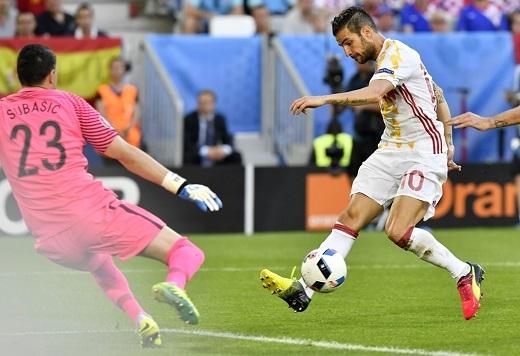 Tây Ban Nha chứng tỏ lối chơi phối hợp kĩthuật trong không gian hẹp khi Cesc Fabregas chuyền tinh tế cho Morata ghi bàn.