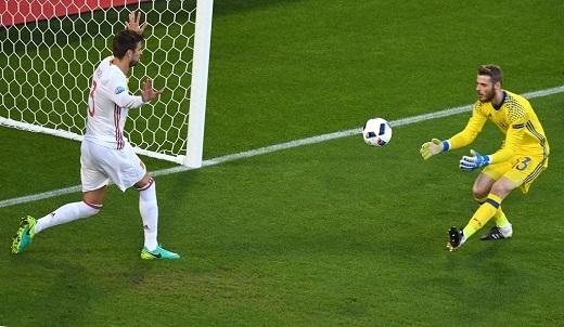 Sau đó, Croatia đáp trả với pha dứt điểm đưa bóng trúng cột dọc khung thành bật ra, nên thủ môn De Gea dễ dàng bắt gọn bóng.