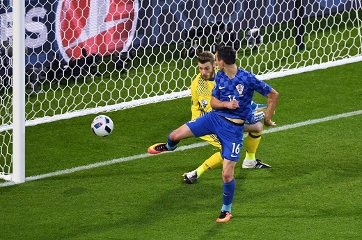 Trước khi hiệp 1 khép lại, Nikola Klinic đánh gót ghi bàn gỡ hòa 1-1 cho Croatia.