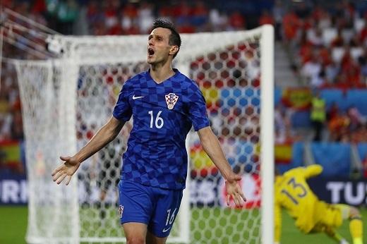 Tiền đạo 28 tuổi này lập thành tích là cầu thủ đầu tiên chọc thủng lưới Tây Ban Nha sau 735 phút đội tuyển xứ sở bò tốt không nhận bàn thua ở Euro.