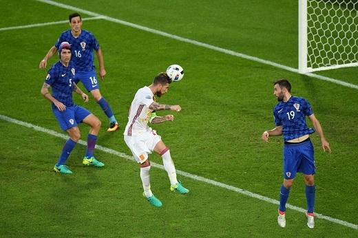 Không chấp nhận chia điểm với Croatia, Tây Ban Nha tiếp tục tấn công tích cực trong hiệp 2. Sergio Ramos đánh đầu đưa bóng đi chệch khung thành thủ môn Subasic.