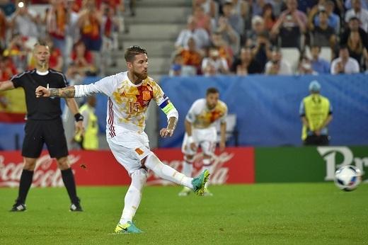 Trung vệ thủ quân của Tây Ban Nha còn bỏ lỡ cơ hội ghi bàn trên chấm 11 m.