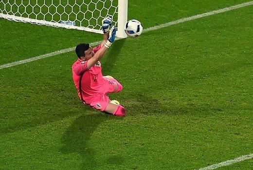 Anh sút chính diện khung thành, trong khi thủ môn Subasic đoán được ý đồ của Ramos nên cản phá thành công cứu thua cho Croatia.
