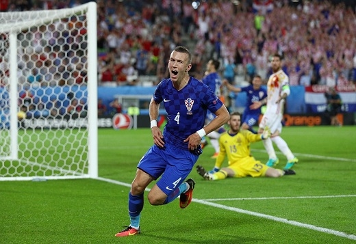 3 phút trước khi trận đấu khép lại, Ivan Perisic sút chân trái vào góc gần nâng tỉsố lên 2-1 cho Croatia.
