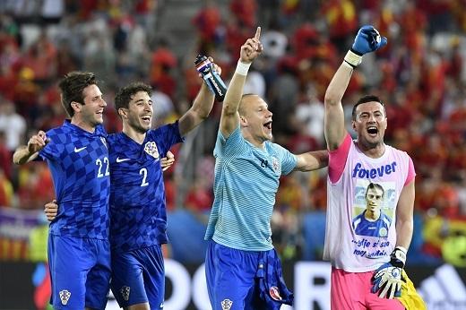 Kết thúc vòng bảng D, Tây Ban Nha xếp thứ hai và gặp đội nhất bảng E là Italia. Sau 4 năm từ chung kết Euro 2012, hai đội có màn tái đấu tại vòng chung kết bóng đá châu Âu.