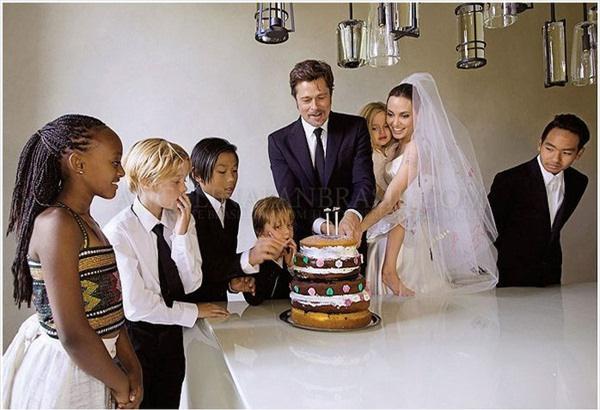 Cậu bétự tay chuẩn bị chiếc bánh cướicho ba mẹ.