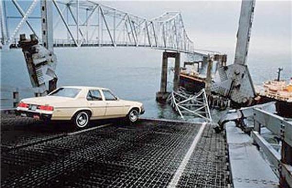 Năm 1980, cầu Sunshine Skyway đã bị sập kéo theo 35 người thiệt mạng. (Ảnh: Internet)