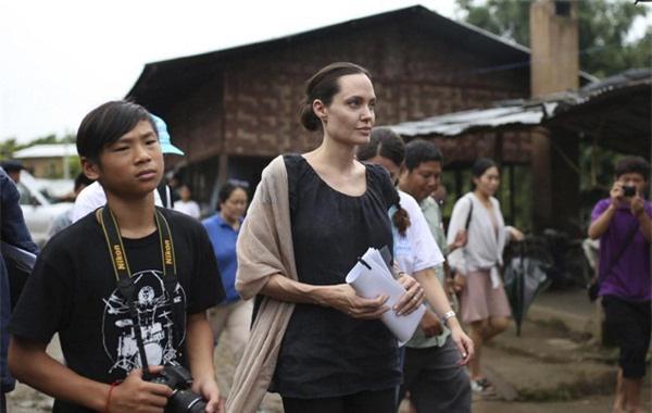 Pax Thiên cùng với mẹ Angelina Jolie đi thămtrại tị nạn ở Myanmar.