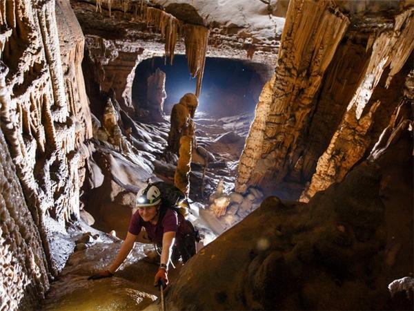 Đoàn thám hiểm trong hang Bang.(Ảnh: đoàn thám hiểm cung cấp - Sài Gòn giải phóng)