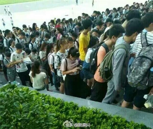 Sinh viên xếp thành những hàng dài để cố chen chân vào thư viện tránh nóng.