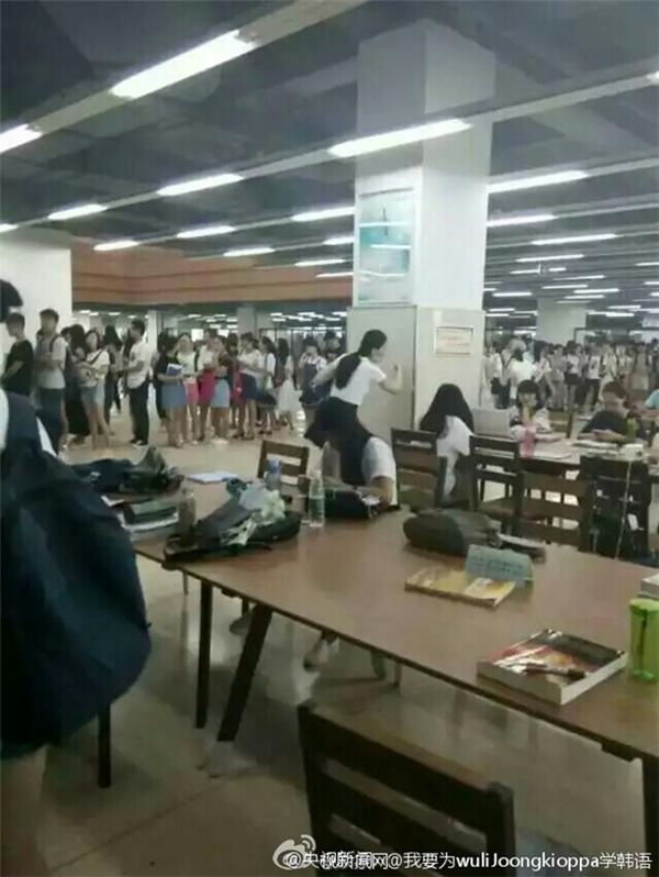 Cảnh tượng các sinh viên chen chúc trước cửa thư viện trường khiến nhiều người phát ngốt.