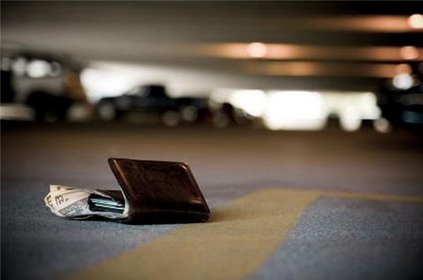 """Hãy để một phần """"tài sản dự bị"""" lại khách sạn, dưới bất cứ hình thức nào bạn cho là an toàn nhất, như thẻ ngân hàng, giấu vào nơi bí mật hoặc gửi nhân viên quản lí... phòng trường hợp tệ nhất xảy ra nhé. (Ảnh minh họa - Nguồn Internet)"""