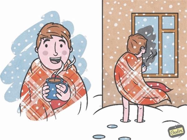 16. Nếu chỉ nhìn một bức ảnh bên trái, bạn sẽ nghĩ chàng trai đang ở trong một ngôi nhà ấm áp và ngắm nhìn tuyết rơi qua ô của số. Nhưng thực tế là... anh ấy đang phải chịu rét bên ngoài.