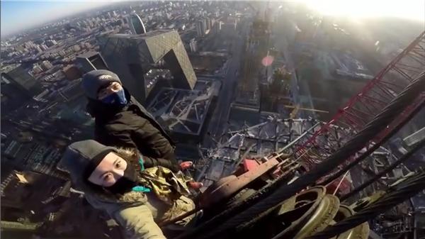 """Cặp đôiChen Xue - Joseph Lulu từng khiến dân mạng """"toát mồ hôi hột"""" khi trèo lên chiếc cần cẩu của tòa nhà thương mại cao tầng. (Ảnh: Internet)"""