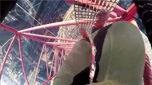 """Cặp đôi này đi lại trên độ cao """"đáng sợ"""" mà không hề có đồ bảo hộ.(Ảnh: Internet)"""