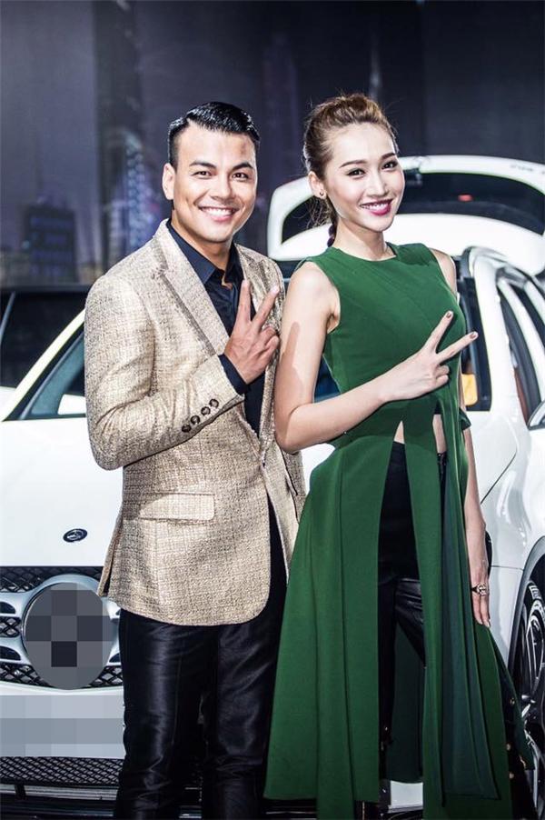 Trong một sự kiện tối qua tại Hà Nội, Tô Uyên Khánh Ngọc xuất hiện với vai trò người mẫu đứng cạnh và giới thiệu sản phẩm. Cô diện bộ cánh màu xanh quân đội của nhà thiết kế Lê Thanh Hòa.