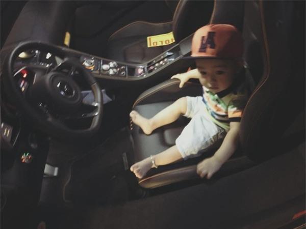 Cậu bé còn được ngồi trong ô tô và đương nhiên khi đến tuổi có thể lái xe thì Ricky chắc chắn sẽ có những chiếc xế riêng cho bản thân. - Tin sao Viet - Tin tuc sao Viet - Scandal sao Viet - Tin tuc cua Sao - Tin cua Sao