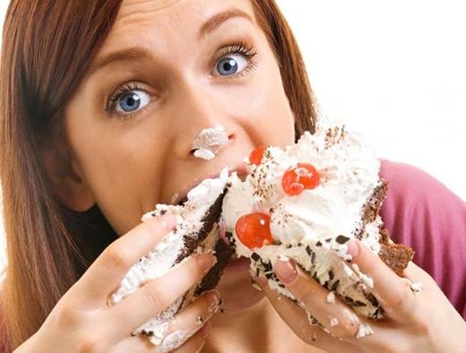 Đừng vừa ăn vừa nói. Không ai muốn nhìn thấy miệng bạn đang nhai nhồm nhoàm, thậm chí còn lo lắng là thức ăn sẽ văng vào trong mặt nữa. (Ảnh: Internet)