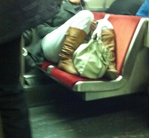 Đừng bành trướng trên cả một băng ghế trên một chuyến xe, kể cả đông hay không đông. Đơn giản, đó không phải là của riêng của bạn.(Ảnh: Internet)