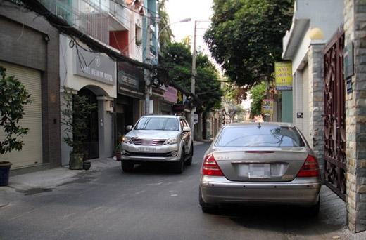 Nếu là một còn đường hẹp, bạn nên nghĩ tới những xe khác sẽ đi như thế nào nếu như bạn đậu một chiếc xe ô tô to tổ chảng dù là nép vào lề đường.(Ảnh: Internet)