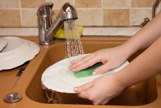 Phụ rửa chén bát hoặc dọn dẹp bàn sau khi ăn là cách bạn thể hiện sự biết ơn với người mời bạn đến ăn.(Ảnh: Internet)