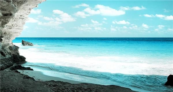Việt Nam có đường bờ biển kéo dài 3.260 km từ Bắc tới Nam tập trung những bãi biển đẹp tuyệt đẹp thích hợp cho những chuyến du lịch nghỉ dưỡng của du khách.