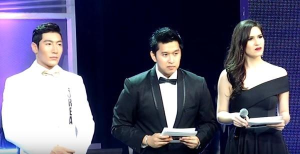 Ở phần đặt câu hỏi cho thí sinh, người đẹp Việt Nam khiến khán giả, thí sinh, lẫn ban tổ chức đều ngơ ngác vì khả năng nói tiếng Anh của mình.
