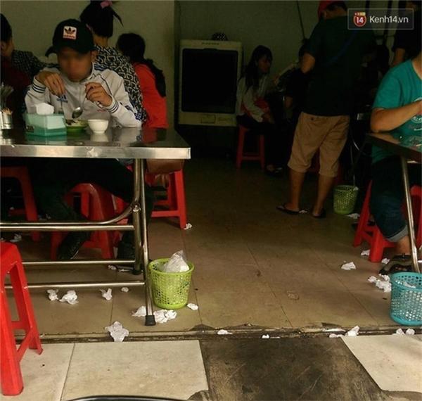Tại các quán ăn, ở mỗi bàn đều được trang bị một chiếc sọt rác nhỏ để bỏ rác, thế nhưng ít ai nhớ đến chúng...