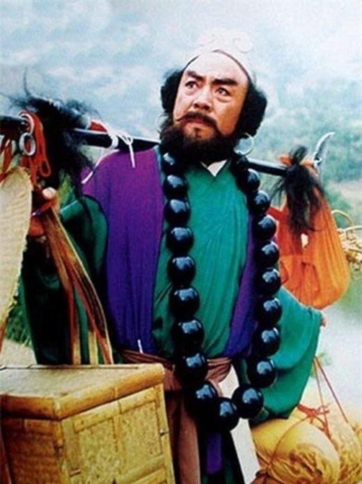 Diêm Hoài Lễ sinh năm 1936 tại Sơn Đông, nổi tiếng với vai Sa Tăng trong Tây du ký bản 1986. Ngoài Tây du ký, ông từng tham gia các phim Tam quốc diễn nghĩa (vai Trịnh Phổ), Ỷ thiên đồ long ký (vai Tạ Tốn), Đông Chu Liệt Quốc (vai Tể Công). Năm 1993, Diêm Hoài Lễ nhập viện do mũi mất khứu giác. Các bác sĩ cho biết vì ảnh hưởng của việc từng sử dụng thuốc lá, cộng với quá trình làm phim mệt mỏi, ông mắc bệnh xơ phổi. Ngày 12/4/2009, Diêm Hoài Lễ qua đời tại bệnh viện, hưởng thọ 73 tuổi. 7 năm sau ngày đồng nghiệp qua đời, Lục Tiểu Linh Đồng tưởng nhớ ông bằng cách không tổ chức sinh nhật tuổi mới.