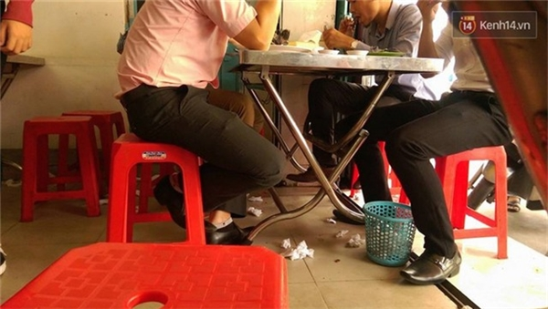 Các thực khách vẫn hồn nhiên ngồi trên những đống rác của nhau để thưởng thức đồ ăn.