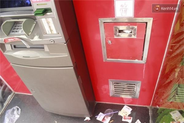 Những chiếc thùng rác ở trụ ATM cũng cùng hoàn cảnh.