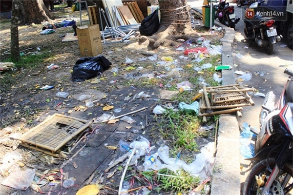 Sọt rác ở ngay dưới chân nhưng nhiều người vẫn vô tư ném rác ra ngoài