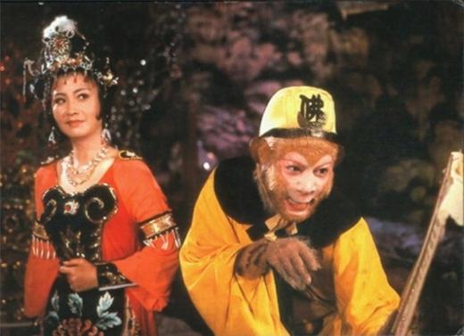 """Bà La Sát - Vương Phụng Hà sinh tháng 5/1955 tại tỉnh Cát Lâm, Trung Quốc. Khi 31 tuổi, Vương Phụng Hà gây tiếng vang trên màn ảnh nhỏ nhờ vai Thiết Phiến công chúa - Bà La Sát trong Tây du ký 1986. Cho đến giờ, nhân vật Bà La Sát của Vương Phụng Hà vẫn được coi là đẹp và thành công nhất. 3 năm sau phim Tây du ký, Vương Phụng Hà phát hiện mắc bệnh ung thư vú và phải xạ trị một thời gian dài. Việc điều trị chỉ giúp Phụng Hà sống thêm vài năm. Ngày 5/11/1993, Bà La Sát đã qua đời ở tuổi 38. Khi nghe tin Bà La Sát qua đời, Lục Tiểu Linh Đồng từng cảm thán: """"Tôi đã tưởng rằng cô ấy có thể vượt qua căn bệnh quái ác. Lúc nào cô ấy cũng vui vẻ và lạc quan""""."""