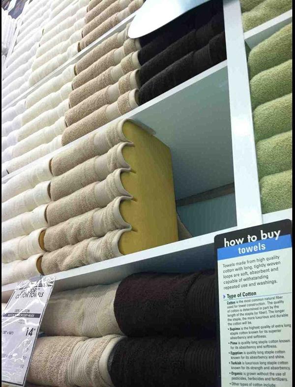 """Trông thì tưởng là có cả chục chiếc khăn, nhưng thực ra chỉ có """"lèo tèo"""" vài chiếc thôi."""