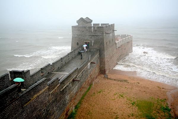Tuy nhiên nhìn cái cách nó được xây lấn ra biển thế này đủ hiểu nếu ngành xây dựng phát triển hơn, hẳn là Tần Thủy Hoàng đã cho xây tiếp rồi.