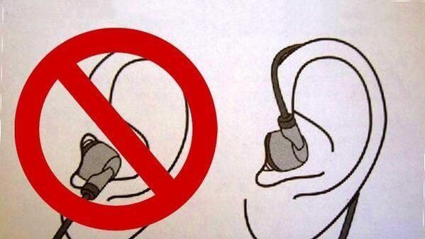 Cách đeo tai nghe đúng để nó không bị rơi ra chính là vòng nó lên trên tai thế này đây.