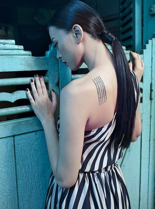 Hình xăm trên bả vai của Ngô Thanh Vânmang ý nghĩa khátâm linh, hiện diện trên cơ thể nhưmột tấm bùa bảo vệ chủ nhân. Nóđược thực hiện bởi thầy Ajarn Noo Khampai - một thợ xăm nổi tiếng tạiThái Lan.Được biết, nữ diễn viên Angelina Joliecũngcó một hình xăm hao hao giống vớiNgô Thanh Vân,được xăm bởichínhngười thợnày. - Tin sao Viet - Tin tuc sao Viet - Scandal sao Viet - Tin tuc cua Sao - Tin cua Sao