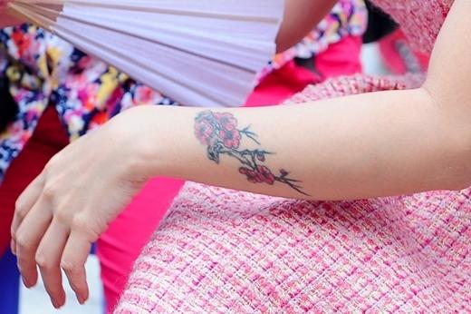 Tượng trưng cho sự sinh sôi nảy nở, hình xăm hoa đàovừa thể hiện khao khát tỏa sáng mãnh liệt,vừa giúp che đi vết sẹo dài của Uyên Linh. - Tin sao Viet - Tin tuc sao Viet - Scandal sao Viet - Tin tuc cua Sao - Tin cua Sao