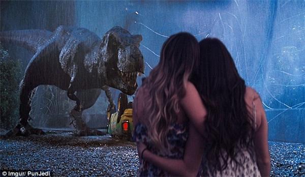 Một thành viên khác đã ghép ảnh hai cô gái với một cảnh trong phim Công viên kỷ Jura.