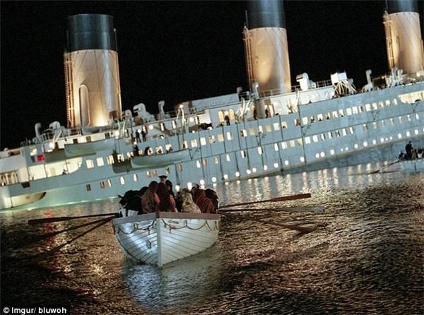 Trong bức ảnh này, hai cô gái được đặt ngồi chung thuyền cùng với các nạn nhân sống sót từ tàu Titanic trong một cảnh của bộ phim cùng tên.