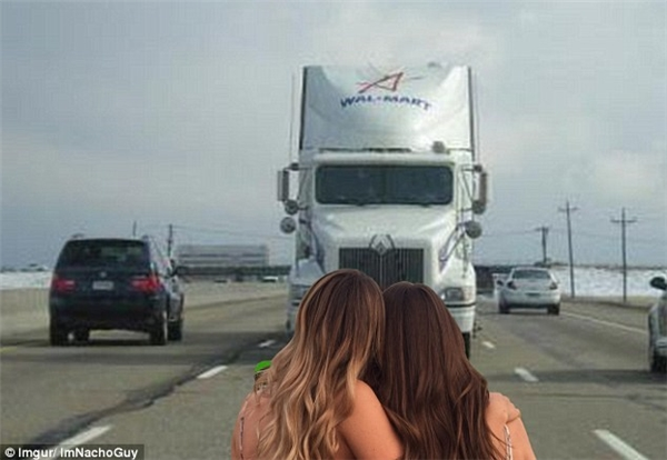 Hai cô gái đứng nhìn chiếc xe tải đang lao tới trong một bức ảnh chỉnh sửa khác.