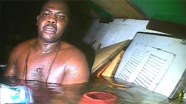"""""""Nhờ"""" mắc kẹt trong phòng tắm, đầu bếp Harrison đã thoát chết trong một vụ đắm tàu.(Ảnh: Bright Side)"""
