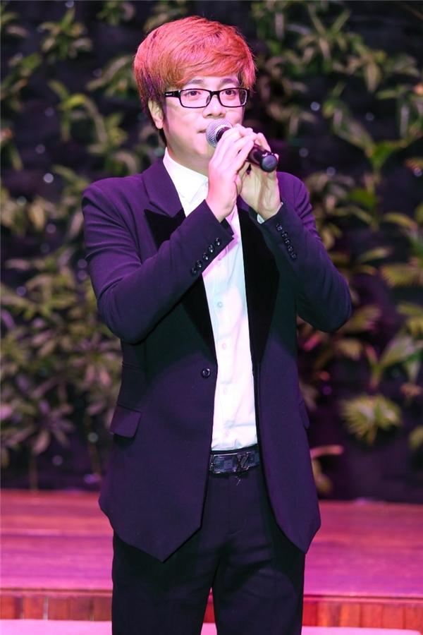 Ca sĩ Bùi Anh Tuấn trình diễn trong đêm tiệc.
