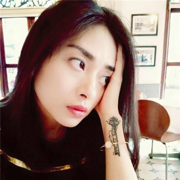 Nữ diễn viên Dòng máu anh hùng cũng sở hữu một hình xăm khác vô cùng ấn tượng và độc đáo trên cổ tay của mình. - Tin sao Viet - Tin tuc sao Viet - Scandal sao Viet - Tin tuc cua Sao - Tin cua Sao