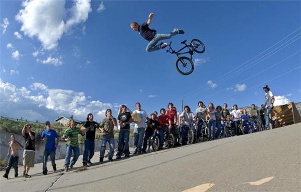 """Hậu chia tay xe đạp, anh sẽ """"dính"""" lấy mặt đất."""