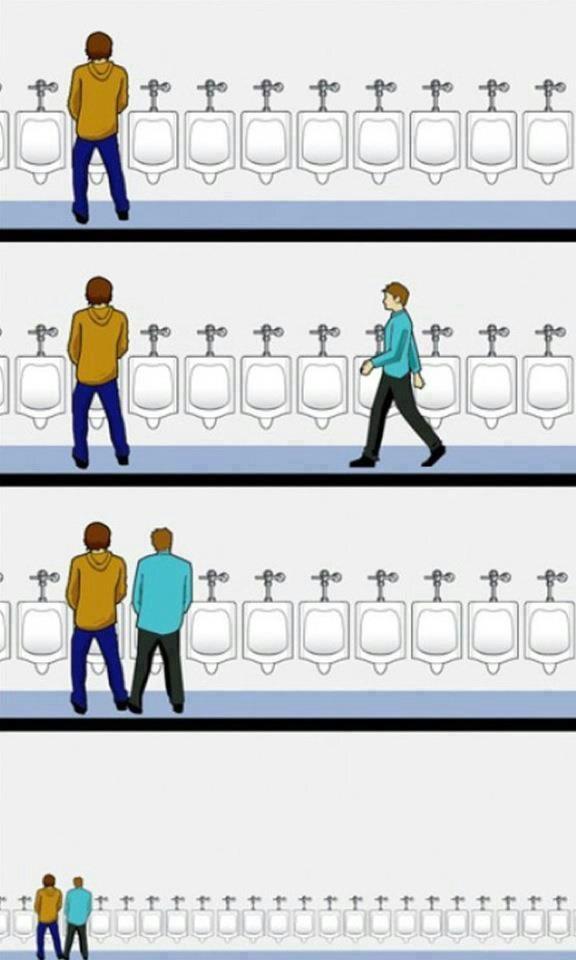 Khi bước vào nhà vệ sinh nam, và bạn thấy rất nhiều cầu tiêu trống, bạn nên chừa một khoảng trống với người khác vì đó là phép lịch sự tối thiểu.(Ảnh: Internet)