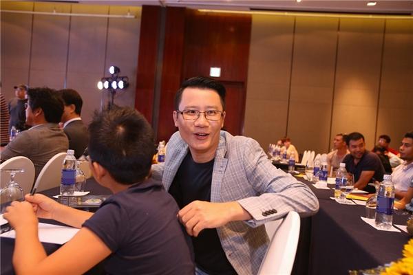 Nam ca sĩ Hoàng Bách đến tham dự sự kiện cùng cậu con trai cưng.