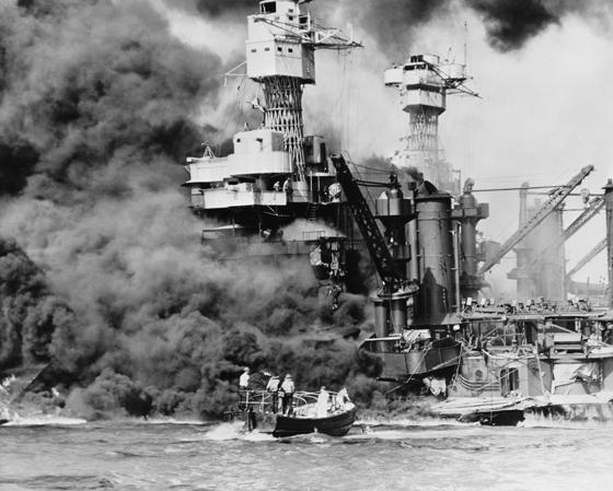 Chiến hạm U.S.S. West Virginiabốc cháy dữ dội sau khi trúng bom và ngư lôi của quân Nhật.